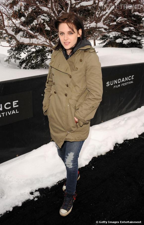 Rarement apprêtée, il n'est pas surprenant de voir la jolie Kristen en jean et longue veste verte. Elle a de la chance que ça soit tendance...