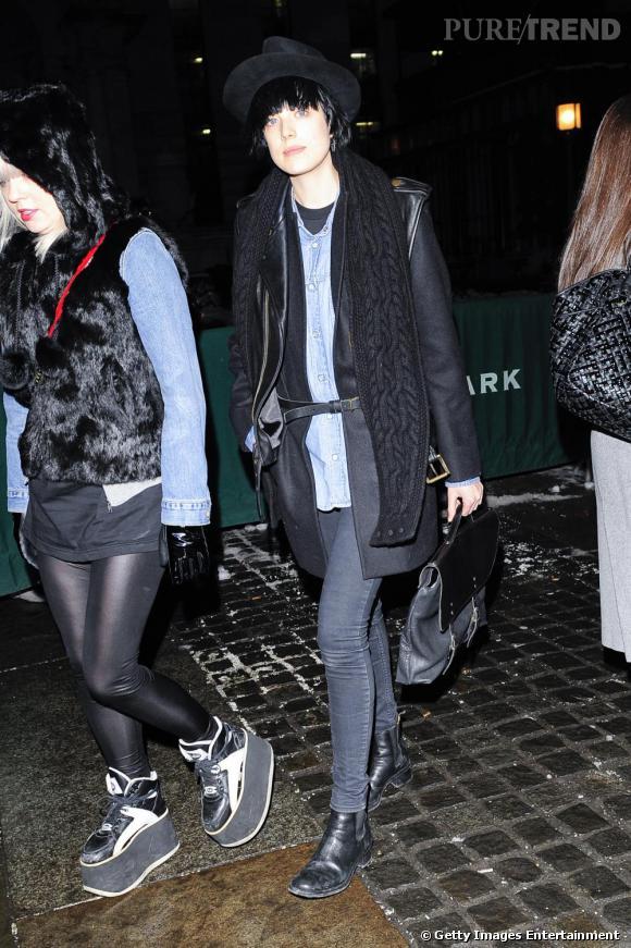 Agyness dévoile une timide chemise en jean sous un manteau noir noué par une ceinture. Pointu.