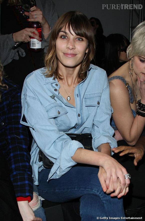 Quoi de plus normal que de voir Alexa Chung, désignée la plus pointue par le  Vogue Uk  en 2009, que d'arborer fièrement et avec goût la chemise en jean sur un ...jean ? Osé.