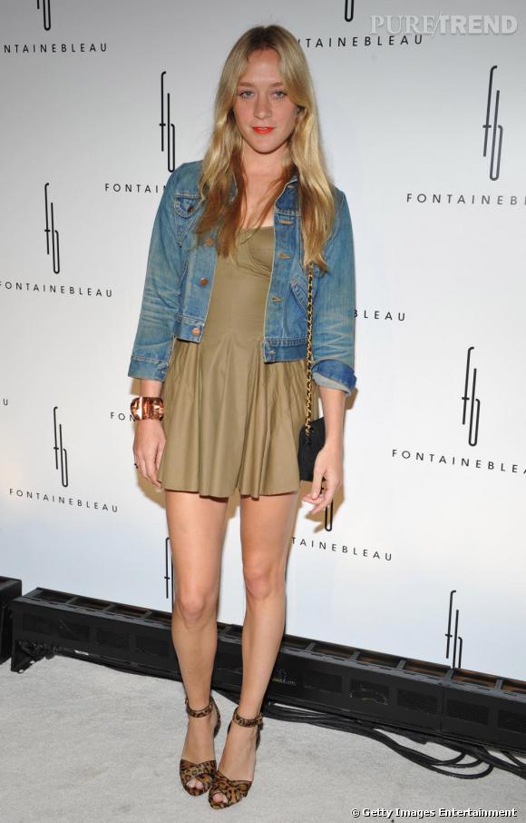 La New-Yorkaise démontre qu'associer une veste en jean courte à une petite robe printanière est sublime.