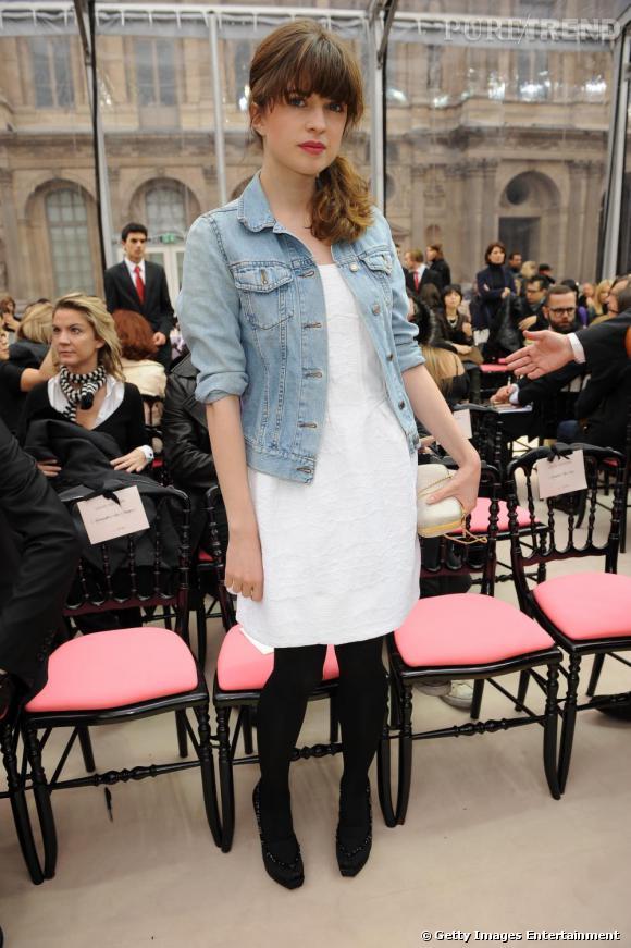 Cécile Cassel n'hésite pas à venir au défilé Louis vuitton avec sa veste en jean sur une robe blanche.
