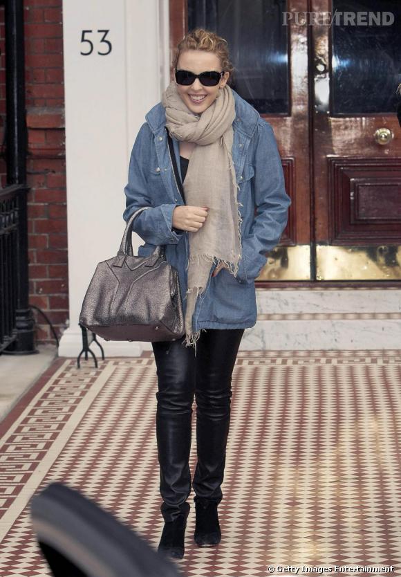 La belle Kylie tente une version longue de la chemise en jean. Avec un tregging et un sac irisé, elle se concocte une tenue décontractée et pointue.
