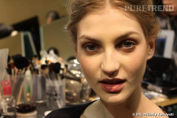 Aux commandes de la beauté en backstage du défilé Vanessa Bruno : Diane Kendal.