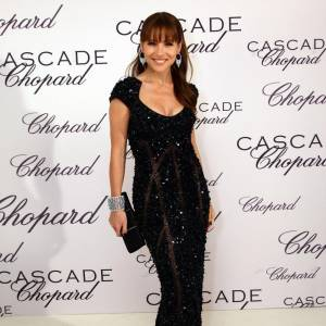 Elsa Pataky joue les sirènes en robe fourreau noire