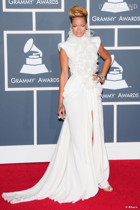 Rihanna, futuriste en robe blanche - Puretrend