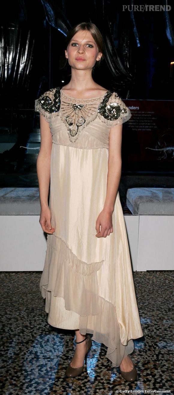 La robe d'inspiration vintage : A la fois rock et romantique, Clémence choisit des robes rétro qui siéent à son allure évanescente et à sa peau diaphane