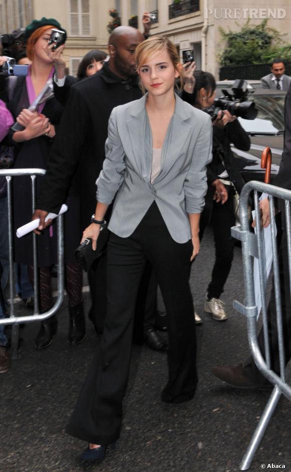 En bonne modeuse, Emma a déjà son jean flare, haute tendance de l'été à venir !