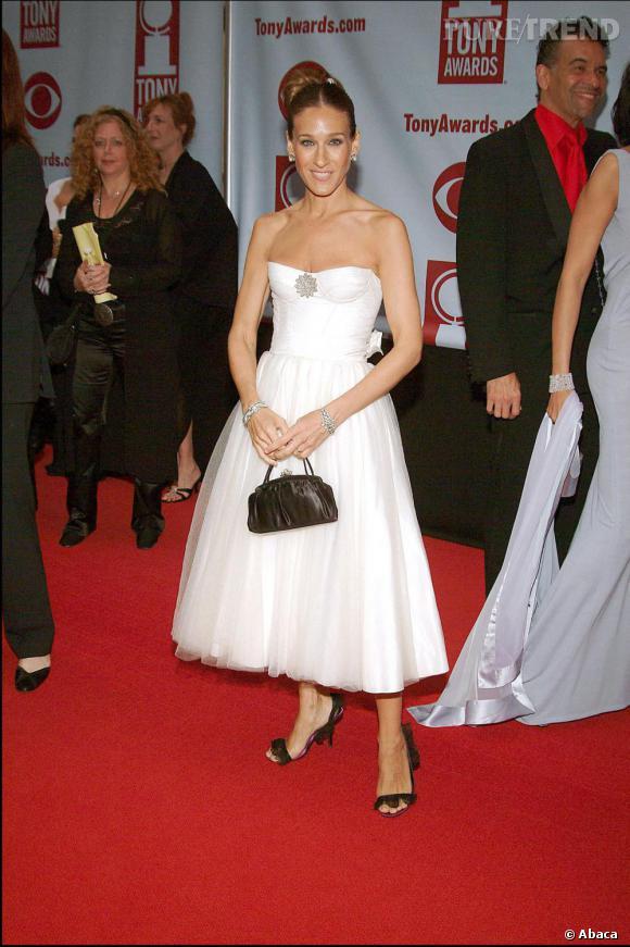 Sarah Jessica Parker opte pour du noir et blanc. C'est la version classique de la robe bustier, dont l'actrice maîtrise tous les styles.