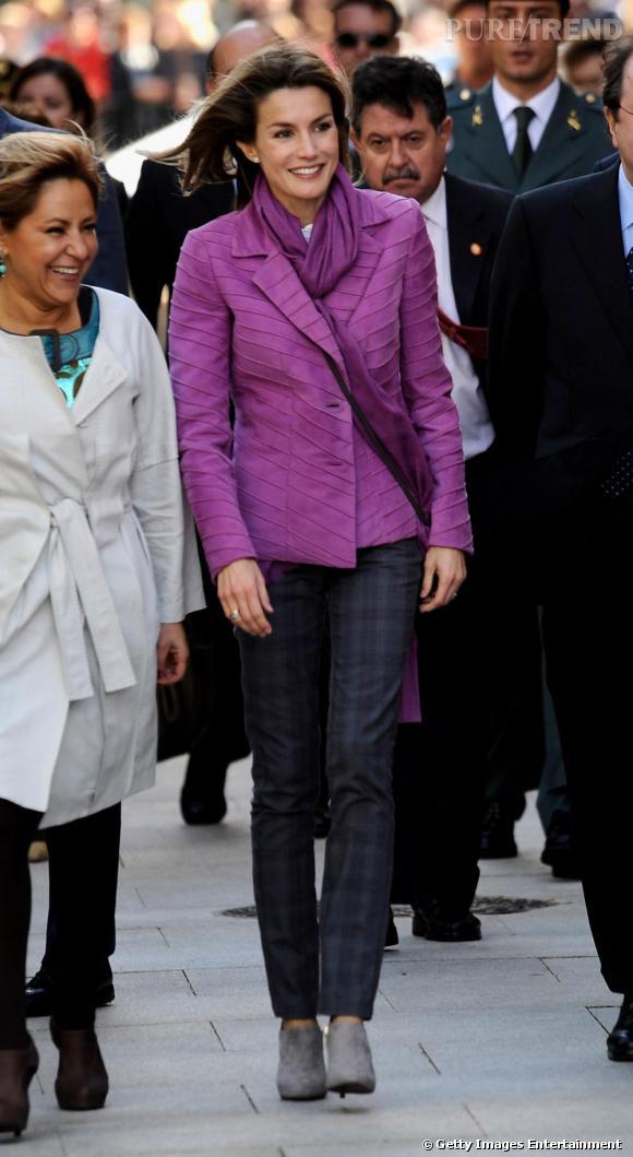 Très consciencieuse, Letizia ne laisse rien au hasard en matière de mode. Si elle choisit un foulard rose, ce n'est pas seulement parce que la couleur réchauffe son teint avec non. Non c'est également pour faire écho avec sa veste.
