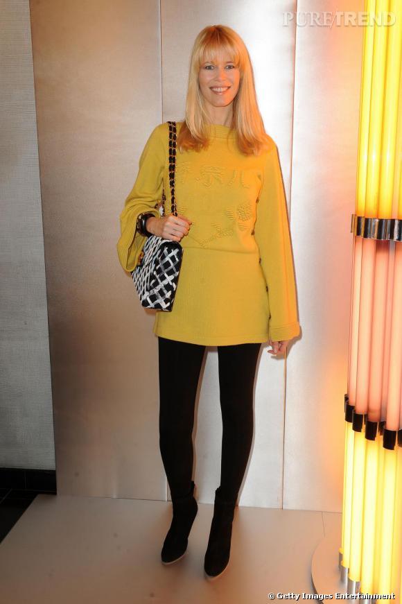 Pour mettre en valeur ses belles rondeurs, Claudia Schiffer n'hésite pas à miser sur des couleurs vives comme le jaune.