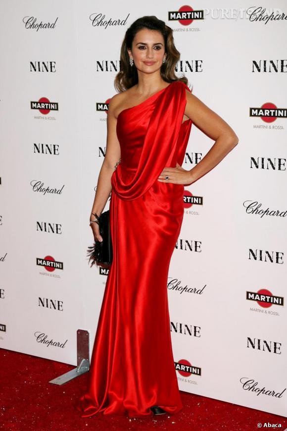 Penelope joue les vestales fatales en robe de satin rouge