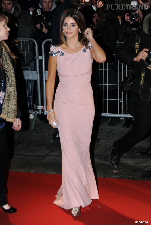 Penelope est délicieuse en robe rose poudré
