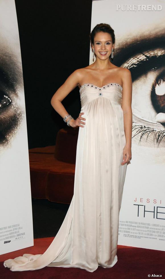 Jessica n'a pas sa pareille pour briller enceinte. Elle mise avec raison sur une robe longue taille empire, un modèle idéal pour sublimer une plastique arrondie.