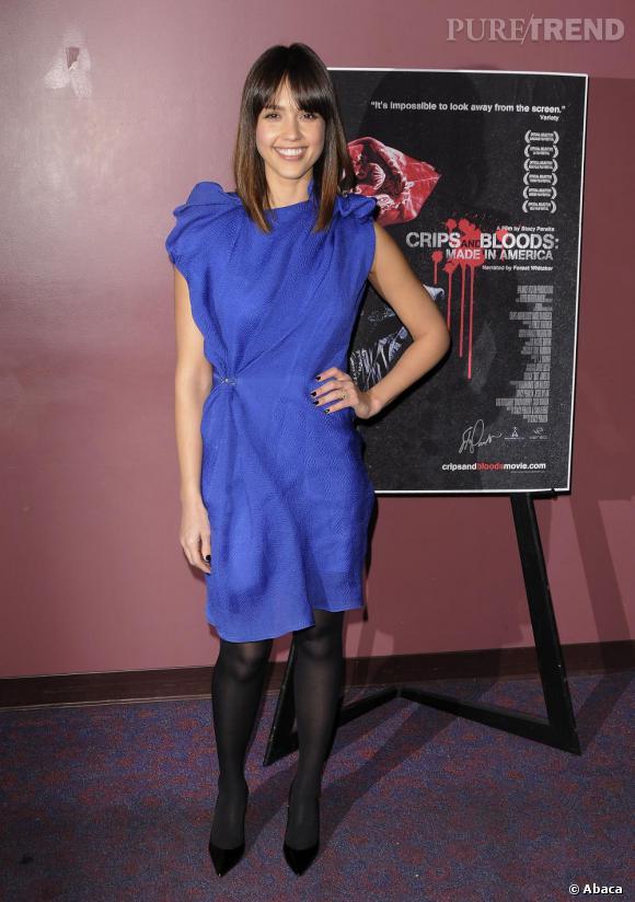 Le bleu sublime les brunettes. La preuve avec cette robe avantageusement plissée qu'elle glamourise avec des escarpins noirs.