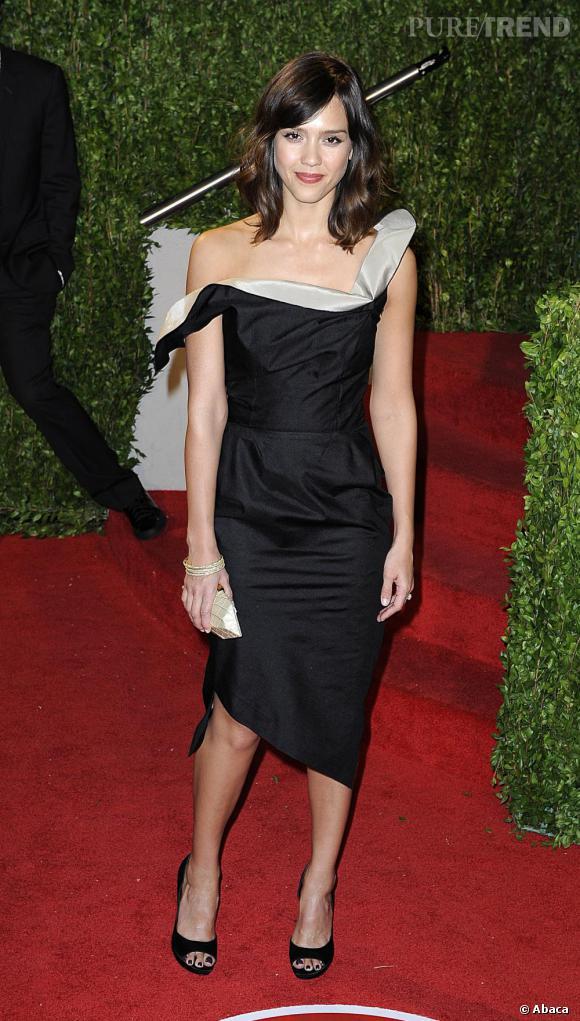 Chic et glamour dans une robe Roland Mouret.