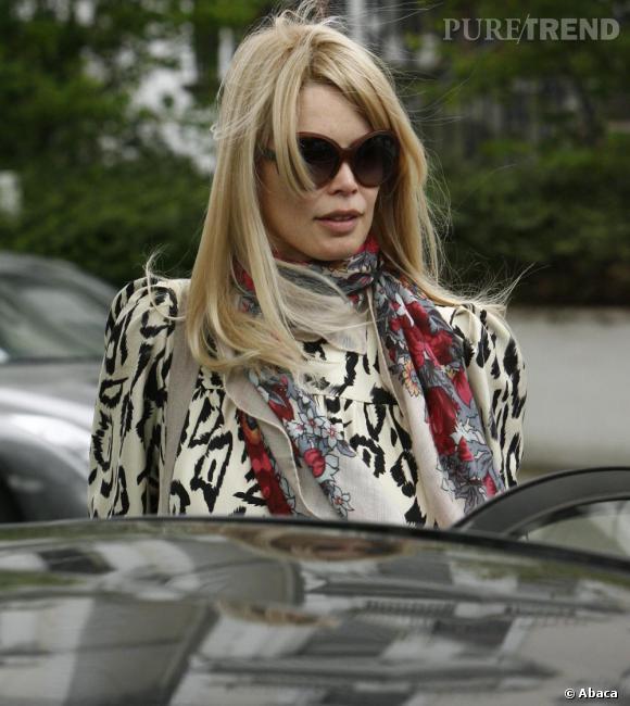 Enceinte Claudia Schiffer reste fidèle à ses indispensables commes les lunettes de soleil rondes et la maxi écharpe.