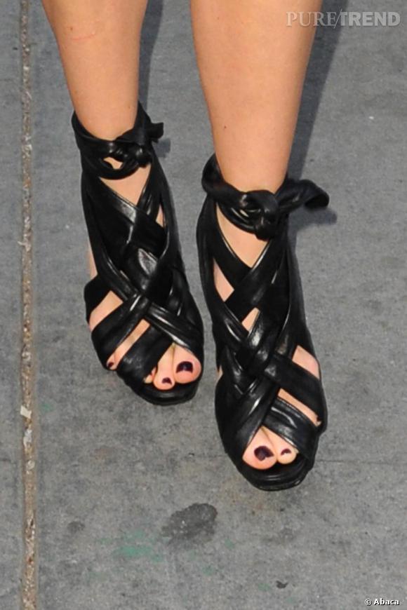 L 39 actrice avait l gament verni ses pieds en noir pour les assortir ses sandales puretrend - Pied vernis rouge ...