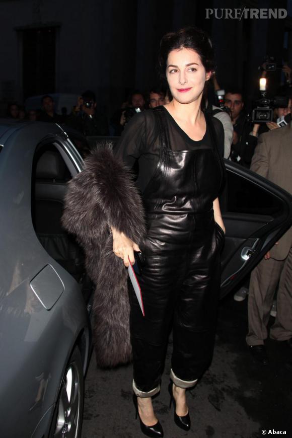 La salopette version cuir : Amira Casar n'a même pas peur et elle a bien raison.