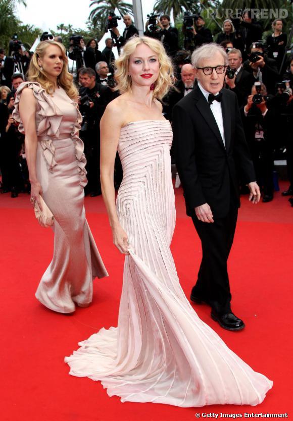 Naomi Watts en Gucci Premiere et en compagnie de Woody Allen monte les marches du Palais du Festival à Cannes.