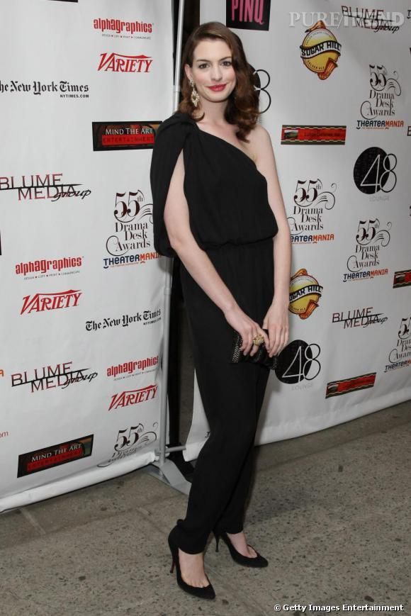 Sublime en combinaison noire, Anne Hathaway mixait une allure classique et moderne à la fois.