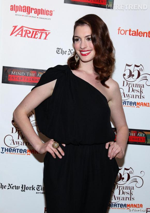 Anne Hathaway très élégante dans une combinaison asymétrique lors du Drama Desk Awards à New York.