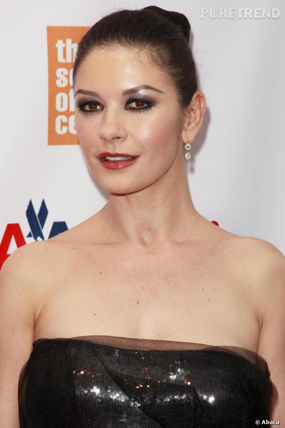Un maquillage réussit pour Catherine Zeta-Jones malgré sa robe boule.