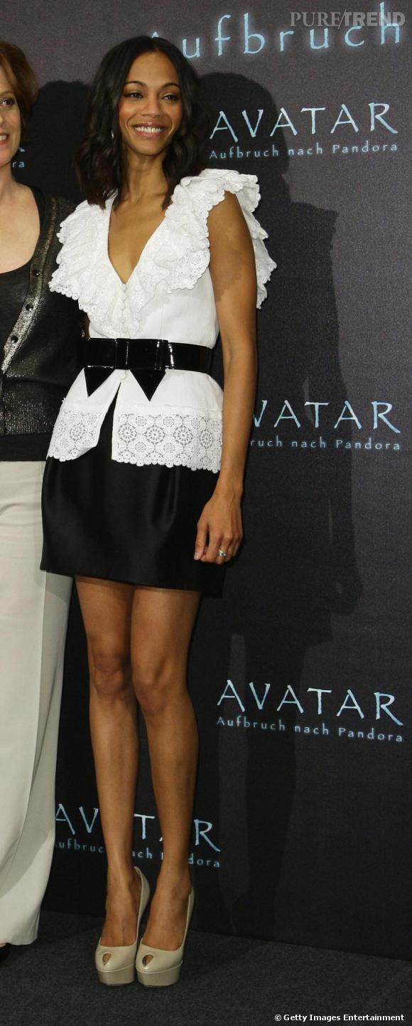 La version chic et tendance du crochet selon Zoe Saldana. Porté en blouse ceinturée avec une minijupe.