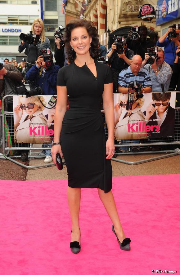 Katherine Heigl choisit une petite robe noire qui lui dessine une jolie silhouette