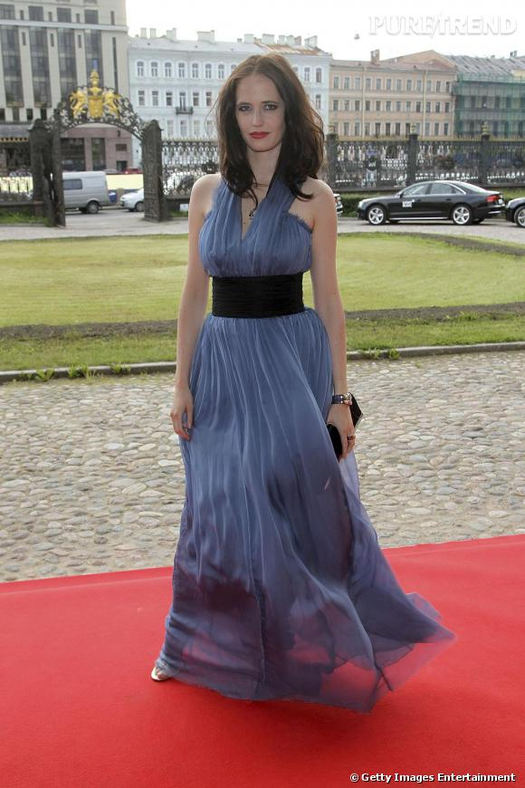 Eva Green en robe mousseline bleue à Saint Petersbourg