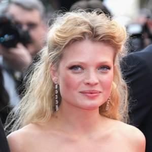 2010 : A Cannes toujours, Mélanie joue les princesse la crinière faussement sauvage et gonflée attachée en demi queue. Yeux de biche, teint de rose, elle est divine.