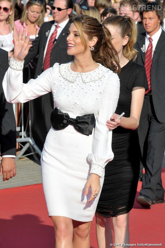 Ashley Green continue de se vieillir avec des robes pudiques et peu glamour