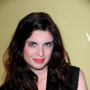 Cécile Cassel tente pudiquement le rouge à lèvres orange. Associé à son teint clair et sa crinière brune, il fait son effet.
