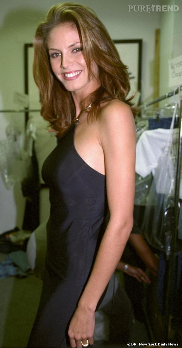 En 1997, Heidi Klum est méconnaissable, brushing brillant et robe noire.