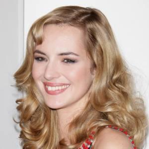 2008 : un look ultra glamour pour la future actrice, la crinière brushée, gonflée, ondulée. Une coiffure un rien rétro qui lui va à ravir.