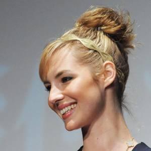 """2010 : retour au blond. Chignon """"vite-fait"""" et headband couleur or pour la touche romantique, Louise rayonne."""