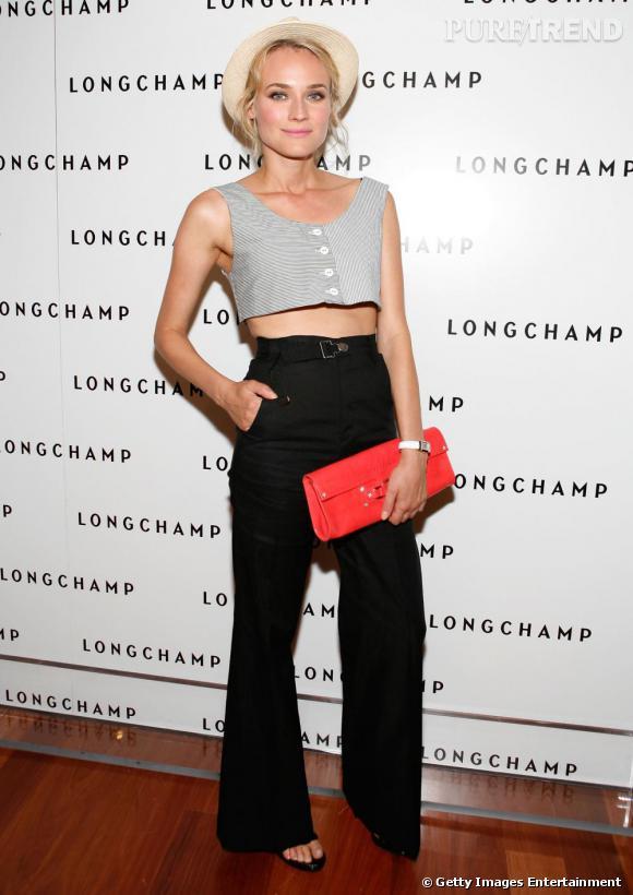 Diane Kruger la joue boyish et mise sur la couleur avec une pochette rouge.