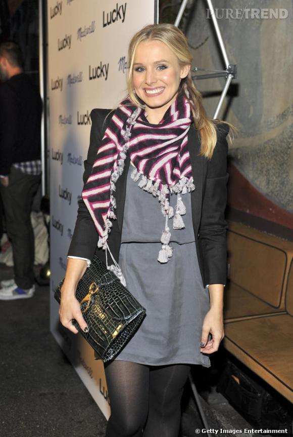 Pour un look branché, Kristen Bell choisit la pochette grand format en croco.