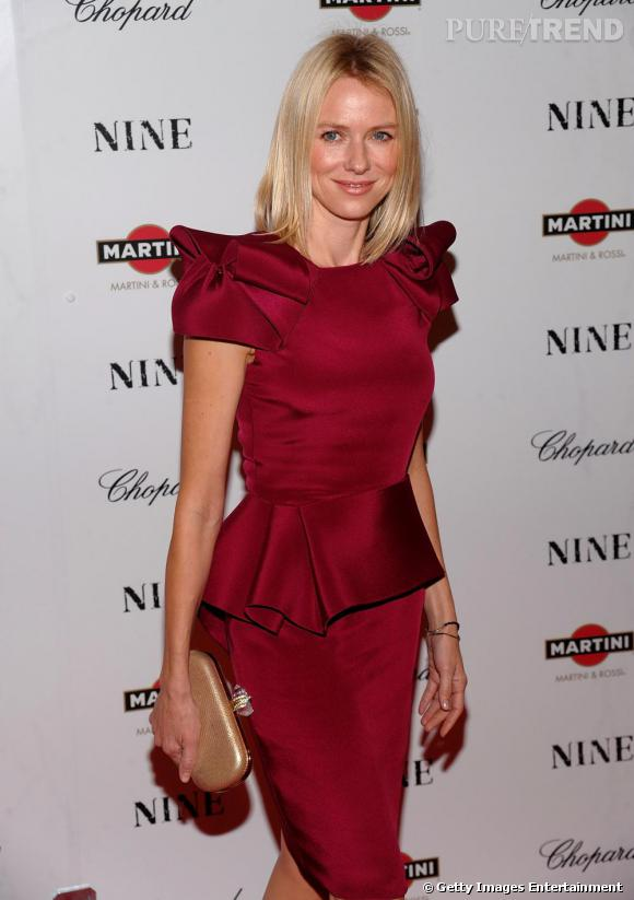 Pour Naomi Watts, rien de tel qu'une pochette dorée pour apporter une touche de brillance à un look couture.