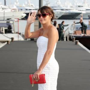 Emma de Caunes joue les starlettes à Cannes et ne quitte plus ses pochettes.