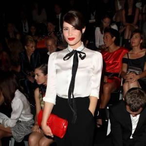 Gemma Arterton associe sa pochette à son rouge à lèvres carmin.