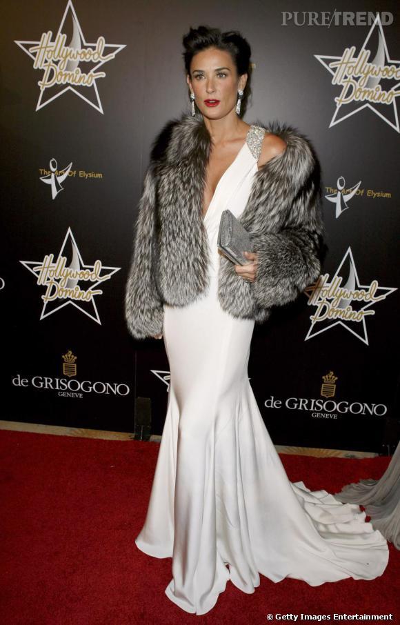 Lorsque Demi Moore joue la carte de la diva hollywoodienne, elle choisit une pochette précieuse ultra glamour.