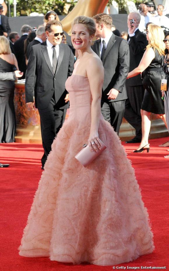 Pour Drew Barrymore, la pochette est l'accessoire indispensable d'un look de princesse réussi.
