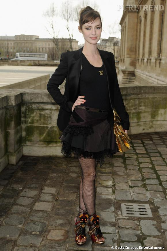 Lorsque Louise Bourgoin ose le total look Louis Vuitton, elle assume la pochette or.