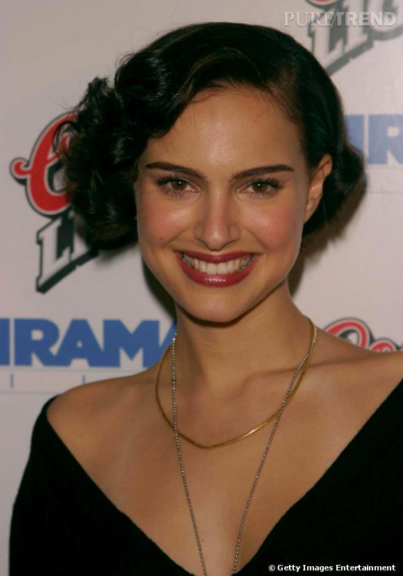 2003 : coiffure rétro inspirée des années 20 et bouche rouge, Natalie s'offre un look plus mature. Un peu trop ?