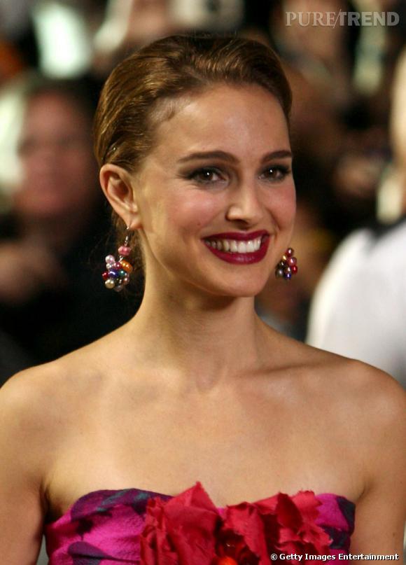2009 : trop de make-up égratigne la fraîcheur de Natalie. Notamment associé à des boucles d'oreilles encombrantes.