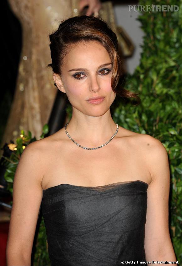 2010 : coiffure on en peut plus glamour, oeil charbonneux et bouche glossy, un look du soir sans chichis qui sublime sans conteste la beauté nature qu'est Natalie Portman.