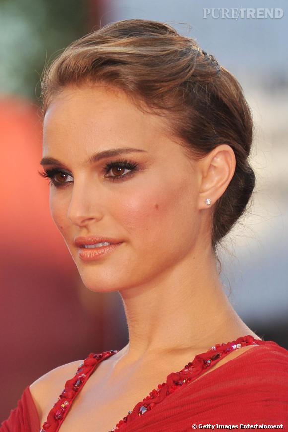 2010 : Un smooky eyes foncé qui contraste avec sa robe rouge, les cheveux relevés le côté femme fatale lui réussit