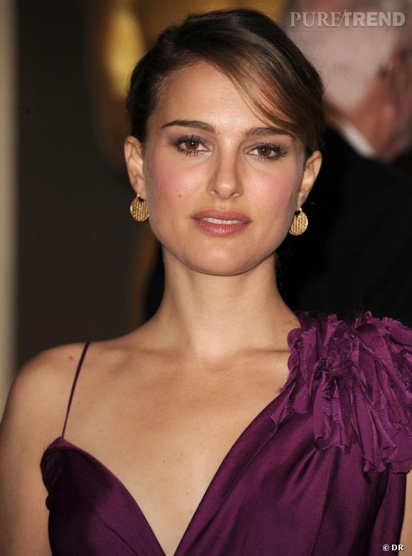 2010 : Une robe violette qui ne flatte pas le teint de la belle Natalie et que n'arrangent pas les boucles d'oreilles dorées. Dommage le chignon était parfait.