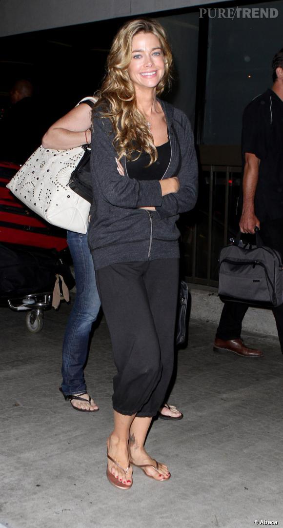 Denise Richards sortant de l'aéroport de LA, arbore un jolie sourire et une tenue des plus décontractées.