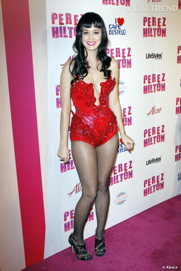 Enfilant un body sequins au décolleté ostentatoire, Katy se transforme en diablotin.